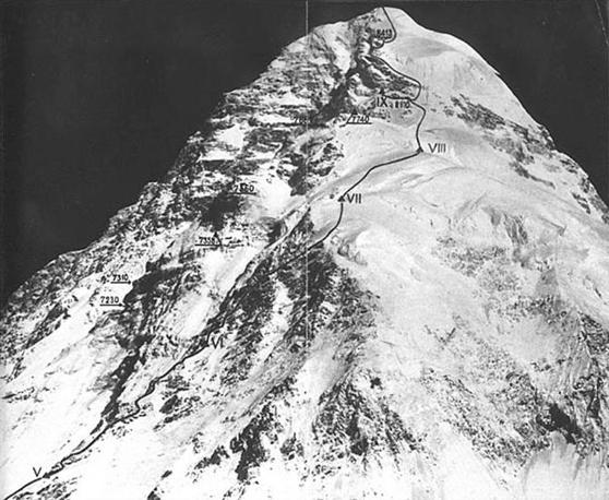 20091120 - ROMA - HUM - ALPINISMO, MORTO LINO LACEDELLI, CONQUISTO' IL K2 NEL 1954 - Un'immagine (data non disponibile) che riproduce l'itinerario seguito nel 1954 per raggiungere la vetta del K2. Cinquant'anni dopo, gli italiani Silvio Mondinelli e Karl Unterkicher hanno raggiunto quota 8.611metri alle 16,40 locali (13,30 italiane). La scalata e' stata fatta in stile 'alpino', senza l' utilizzo di bombole di ossigeno. Successivamente sono giunti in vetta altri membri della spedizione italiana. Lacedelli, da tempo malato, avrebbe compiuto il prossimo 4 dicembre 84 anni. ANSA/archivio/gid